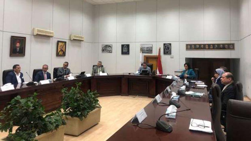 إجتماع وزير السياحة والأثار مع رؤساء الغرف السياحية