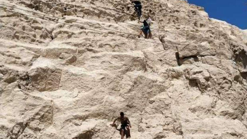 تسلل الجبل للوصول للدير