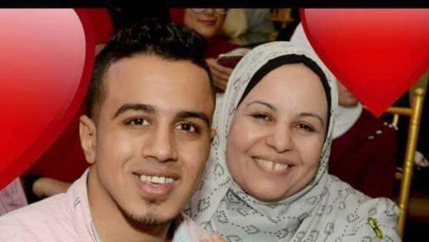الشاب المنتحر مع والدته