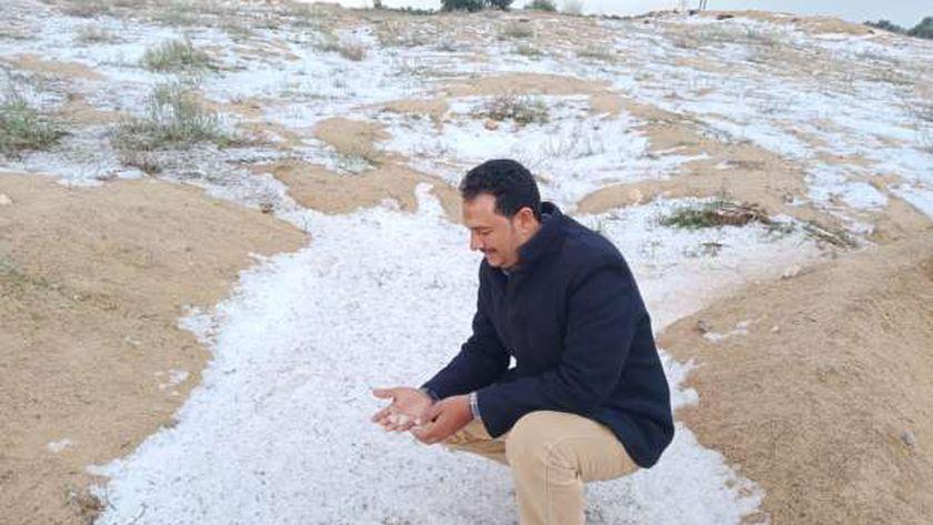 مواطنون يلتقطون صور تذكارية مع العاصفة الثلجية بالإسماعيلية