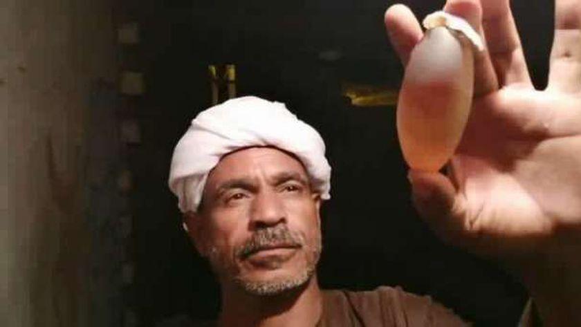 ابن عم صاحب الفيديو ممسك بحجر بلوري