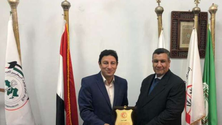 نقيب الأطباء البيطريين يكرم النائب مصطفى سالم