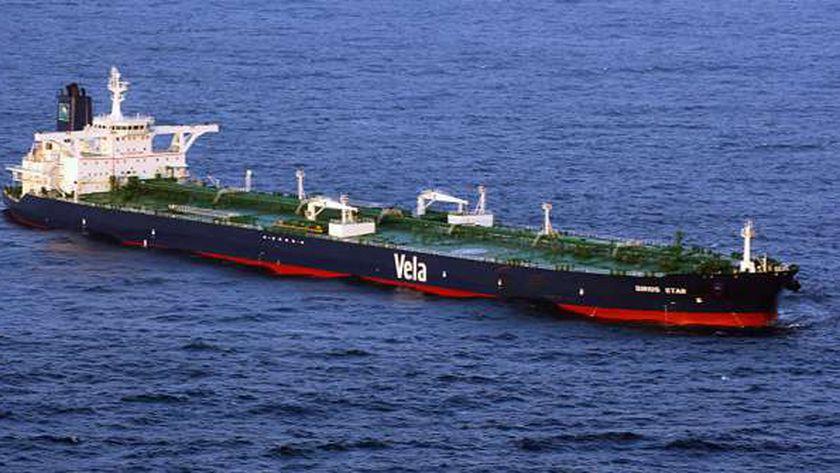 بلومبيرج: ناقلة نفط إيرانية وصلت الساحل الفنزويلي لشحن النفط من هناك