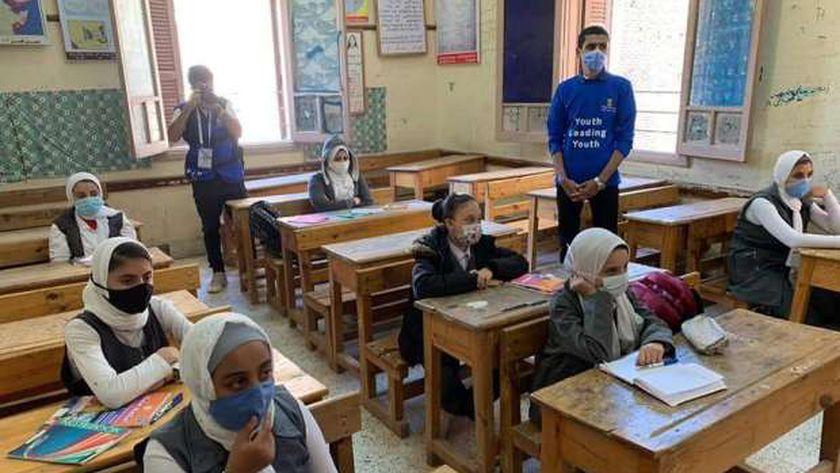 التلاميذ يتلقون الحصص الدراسية بالمدرسة