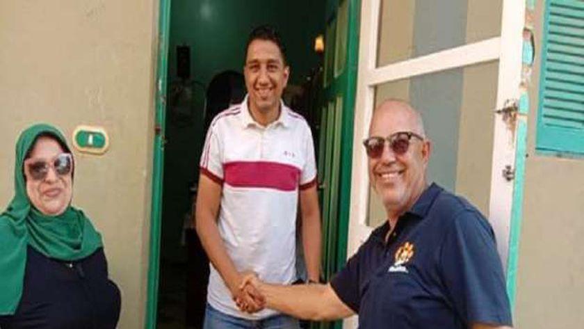 أثناء إعادة فتح العيادة البيطرية الخاصة بالطبيب محمد أحمد المعروف بطبيب الدجاجة