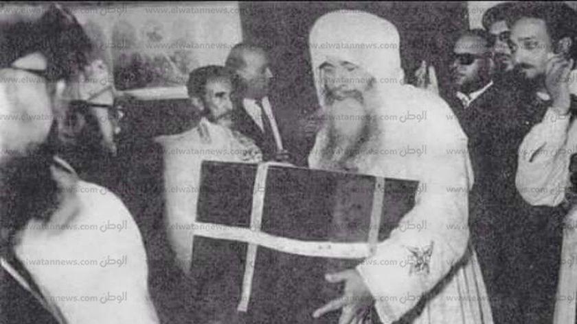 البابا كيرلس يحمل رفات مارمرقس
