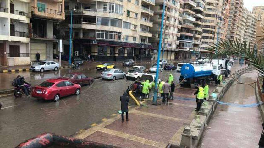 سحب مياه الأمطار من الشوارع في الإسكندرية