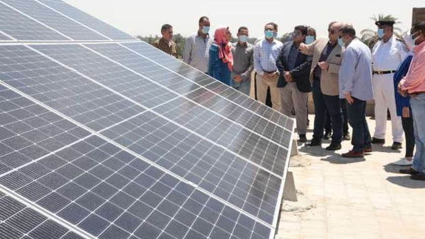 محافظ بني سويف يدشن 6 محطات طاقة شمسية بالوحدات المحلية