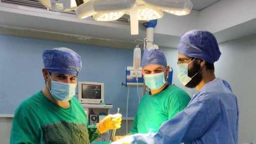 الفريق الطبى خلال إجراء عملية بمستشفى مطروح العام