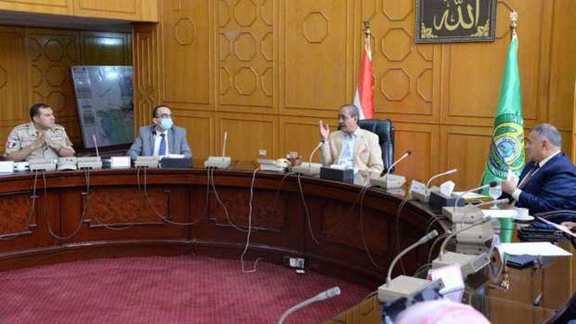محافظ الإسماعيلية اللواء شريف بشارة خلال اجتماعه مع مسؤولي حياة كريمة بشرق القناة