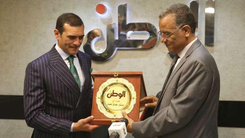 الكاتب الصحفي محمود مسلم يهدي درع الجريدة للمستشار القانوني طارق جميل