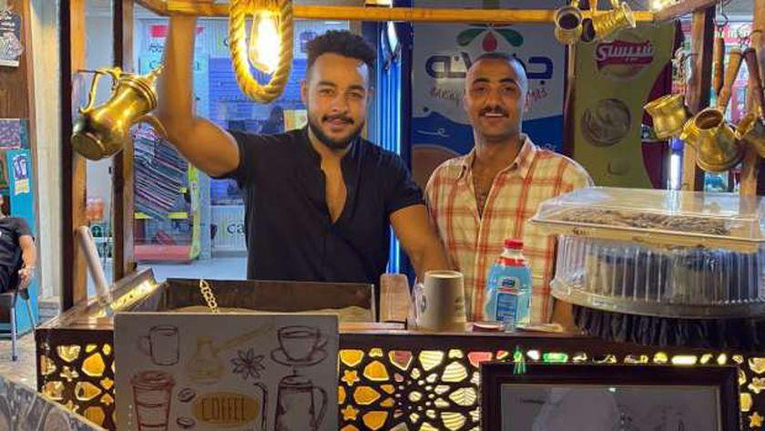 الشاب محمد وصديقه أدهم صاحبا المشروع