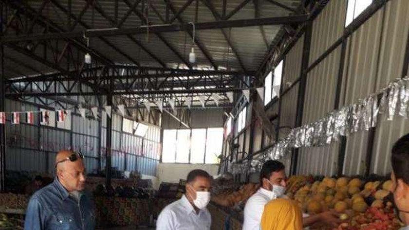 اللواء خالد شعيب محافظ مطروح خلال تفقدة للمعرض اللوجستى للخضر والفاكهه بمطروح