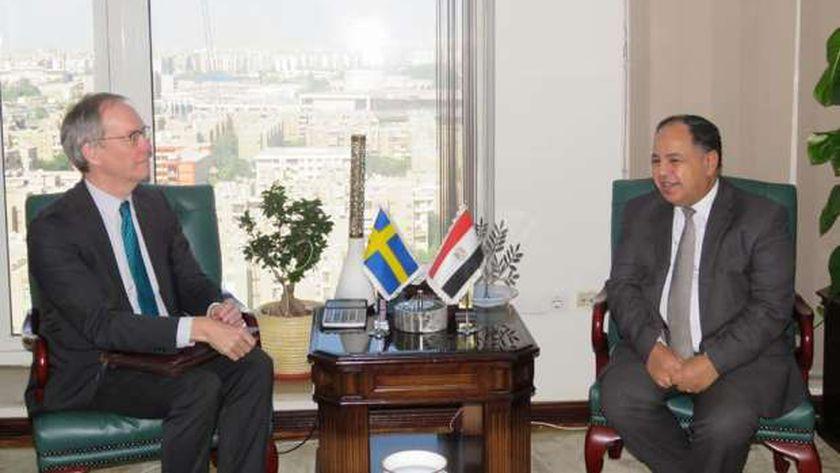 وزير المالية خلال لقائه السفير السويدى