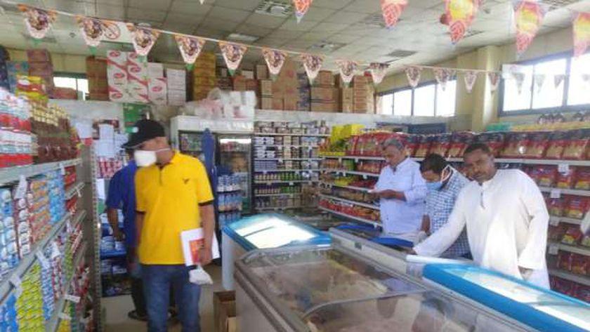 ضبط 100 كيلو مواد غذائية منتهية وتحرير 11 محضر تموين بسوهاج