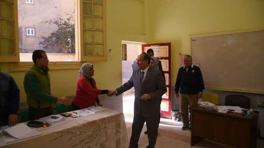 محافظ الإسكندرية يتفقد العملية الانتخابية