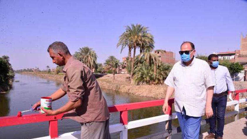 يربط قرى مركز أبوتيج بالمدينة:محافظ أسيوط يتفقد أعمال إنشاء كوبرى رقم 149 على ترعة نجع حمادي