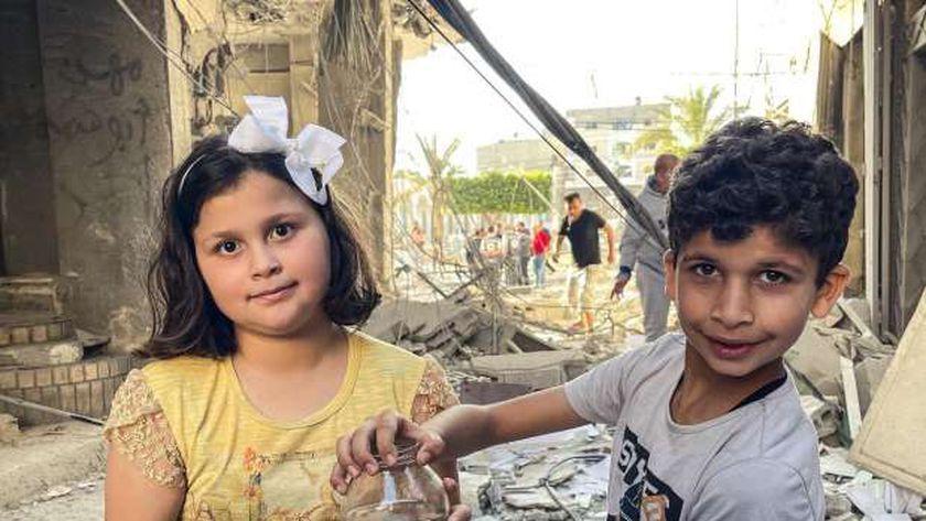 طفلي غزة مع السمكة حورية