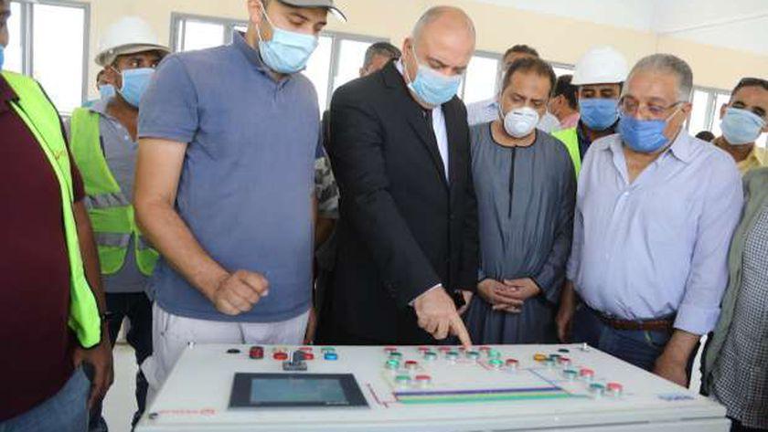 محافظ قنا يشهد بدء التشغيل التجريبي لتوسعات محطة مياه دشنا