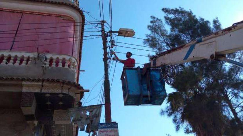 فنيو الكهرباء اثناء اجراء اعمال الصيانه