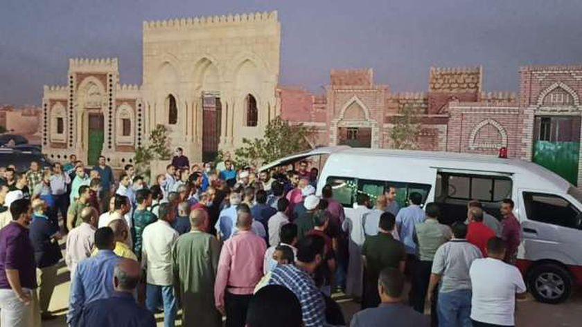 صور.. وصول جثمان والدة الشهيد أحمد منسي لمقابر الروبيكي