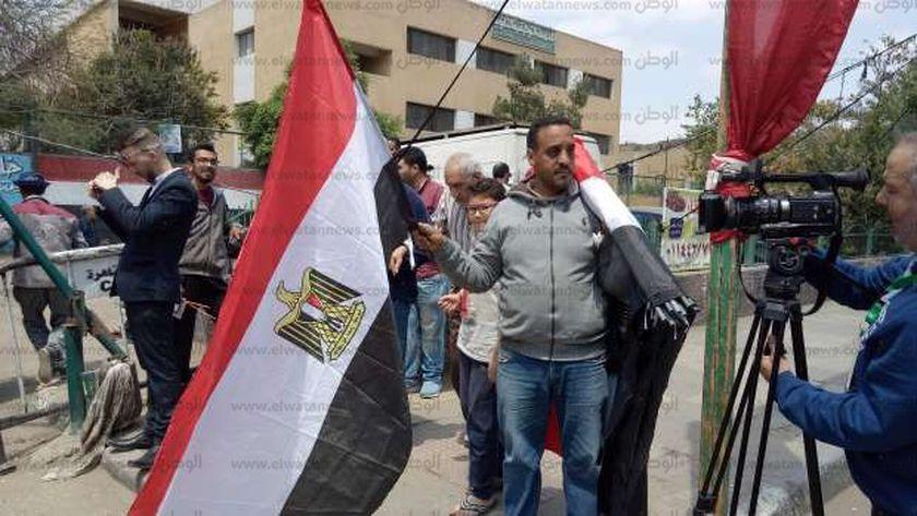 أحد بائعي الأعلام أمام اللجنة
