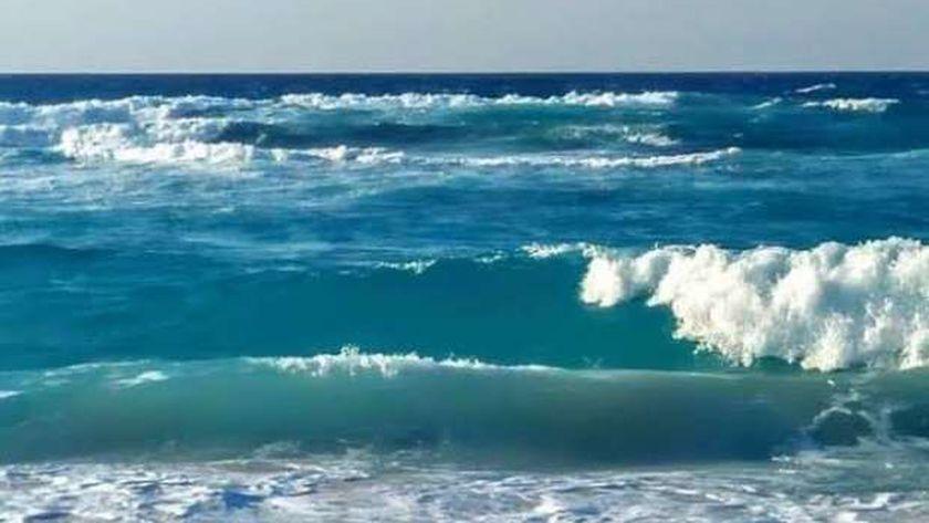 عدم استقرار شاطىء الأبيض بمدينة مرسى مطروح وخلوة من الرواد