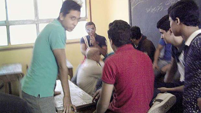 أحد الطلاب يدخن سيجارة أمام المدرس داخل الفصل