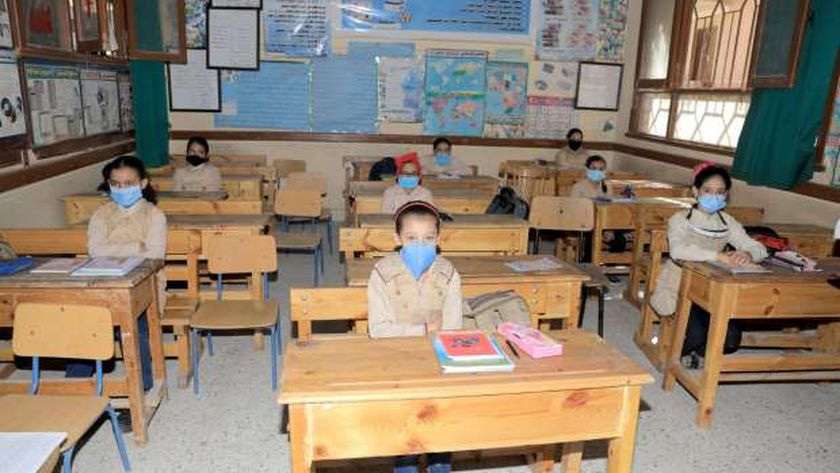 التلاميذ يرتدون الكمامات الطبية داخل الفصول الدراسية للوقاية من كورونا