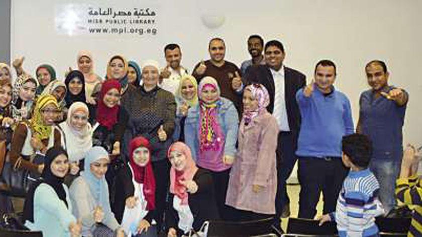 هبة سامى تقف وسط مجموعة من الفتيات والشباب