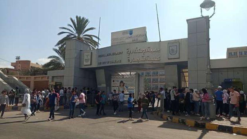 تزاحم أمام أبواب كليات الإسكندرية بأول يوم دراسة