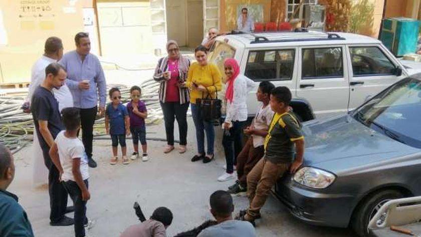 ذبح الأضحية أمام بوابة مستشفى الأقصر العام