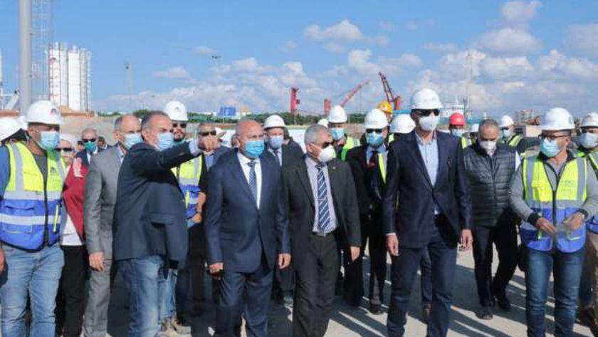 وزير النقل يتابع تنفيذ المشروعات الخدمية بمينائي الدخيلة والاسكندرية