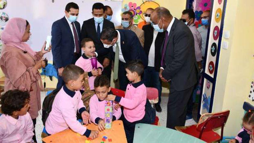 """محافظ الفيوم يتفقد عدداً من المدارس ضمن المبادرة الرئاسية """"حياة كريمة"""""""