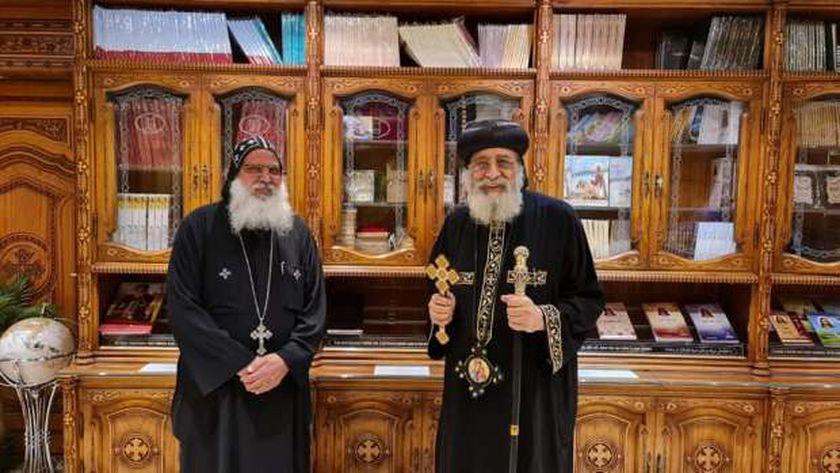 البابا مع كاهن الكنيسة القبطية بالعراق