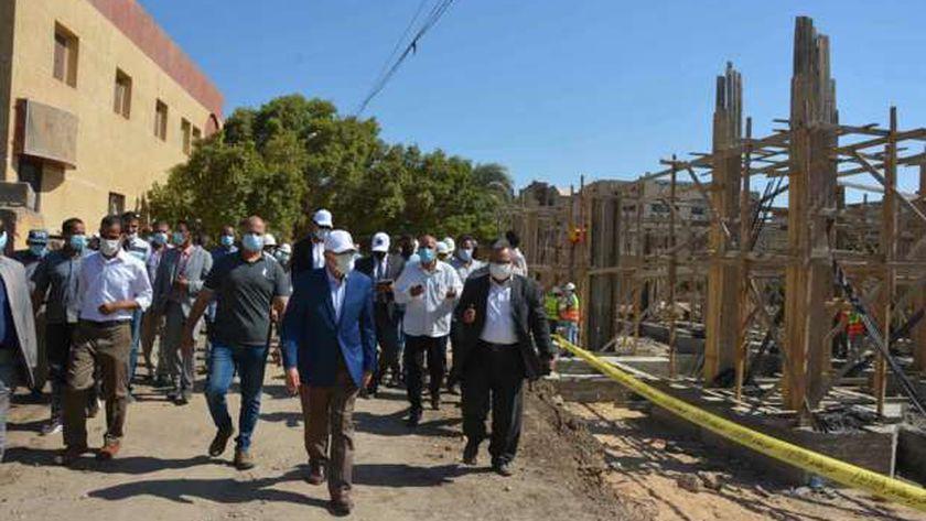 محافظ المنيا يتفقد مشروعات حياة كريمة