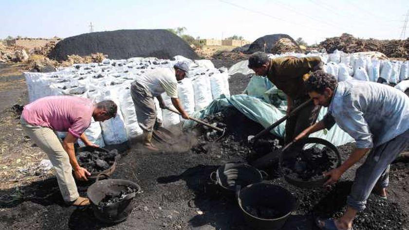 """مجموعة من العمال يعملون داخل مكمورة فحم """" أرشيفية """""""