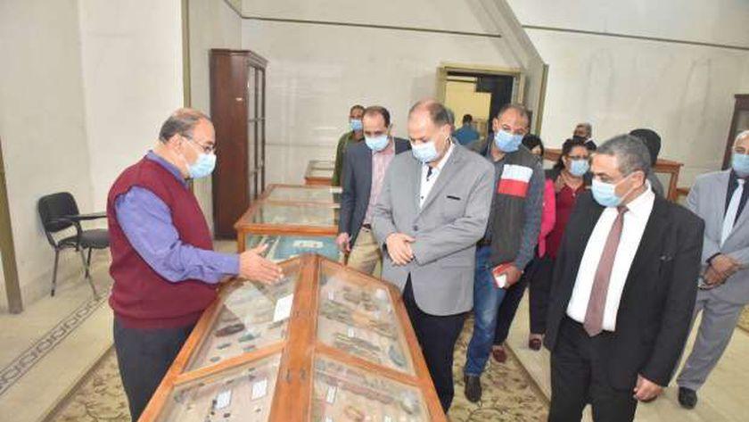 محافظ أسيوط يتفقد متحف الآثار الفرعونية ومتحفي التنوع البيولوجي والكيمياء بمدرسة السلام الحديثة ويشيد بالمقتنيات والآثار