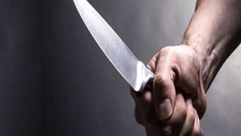 شاب في يده سكين (أرشيفية)