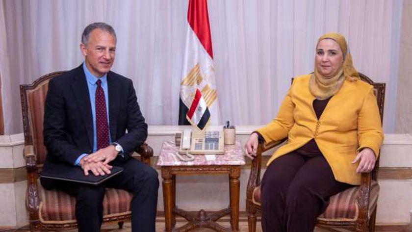 وزيرة التضامن الاجتماعى  خلال استقبالها  السفير الامريكى بالقاهرة