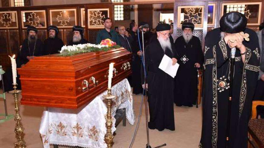 رهبان الدير أثناء صلاة الجنازة على الأنبا «أبيفانيوس»