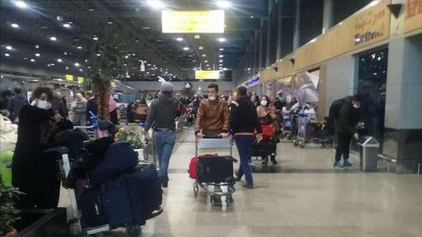 مطار مرسى علم يستقبل 148 عالق مصري عائدين من إندونيسيا وعمان