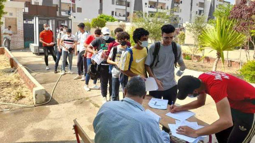 توافد الطلاب للجان الامتحانات