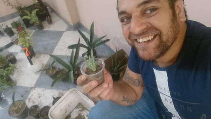 مينا مع النباتات فى منزله