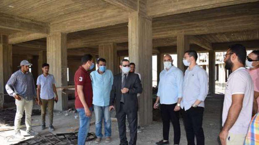 رئيس جامعة مطروح خلال تفقدة إنشاءات مقر الجامعة الجديد