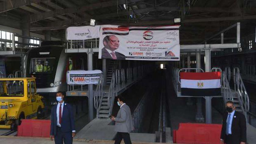 مدبولي يستقل قطار اختبارات خلال تفقد مشروع «الكهربائي الخفيف»