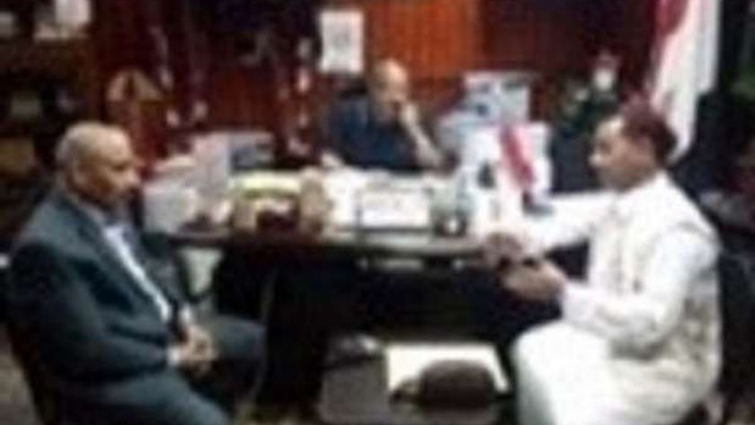وكيل تعليم مطروح خلال اجتماعه مع مدير الاكاديمية المعلمين بحضور النائب سليمان فضل