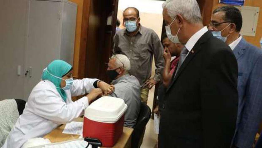 رئيس جامعة المنوفية يتفقد حصول العاملين عل لقاح كورونا