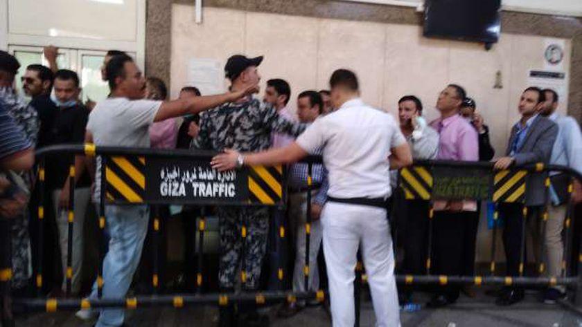 الشرطة تفرض سيطرتها على أنصار المرشحين بمحكمة شمال الجيزة