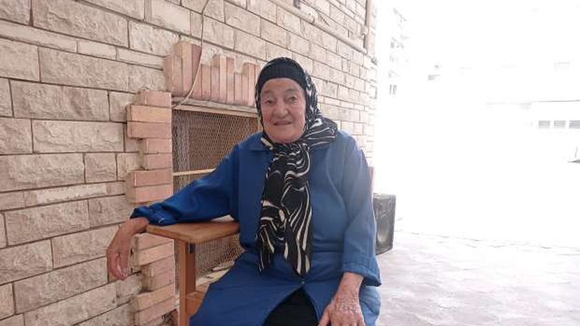 أم محمد فراشة بمدرسة فى بورسعيد